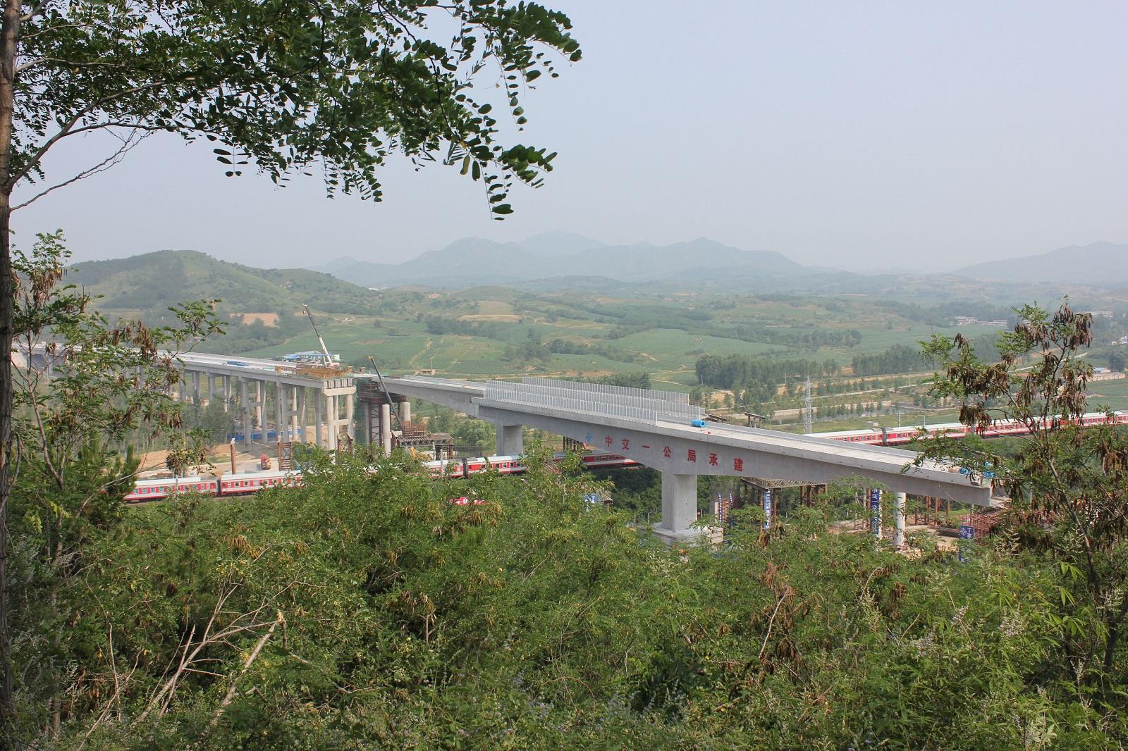 """辽宁省高速首座转体桥今晨完成""""华丽转身"""""""